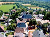 Blick vom Schloss ins Dorf, das sich aufs Lichterfest vorbereitet